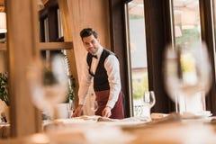 Kelner porci stoły Zdjęcia Royalty Free