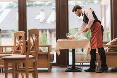 Kelner porci talerze na stole Obrazy Stock