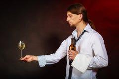 Kelner porci wina butelka Zdjęcia Stock