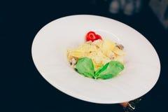 Kelner porcji Sałatkowy rucola szparagowy sałatkowy Caesar przy restauracją, zakończenie w górę widoku Łasowania i czasu wolnego  obrazy stock