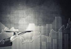 Kelner ręka w białej rękawiczkowej przedstawia pustej tacy i dynamika diagram przy tłem Zdjęcia Stock