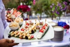 Kelner słuzyć świeżego owoce morza półmisek fotografia royalty free