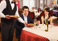 Kelner słuzyć dennego jedzenie Zdjęcie Royalty Free