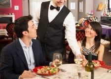 Kelner słuzyć dennego jedzenie Zdjęcie Stock