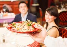 Kelner słuzyć dennego jedzenie Obrazy Royalty Free
