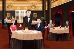 Kelner Serving Customers Royalty-vrije Stock Fotografie