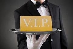 Kelner Showing Vip Text op Banner stock foto's