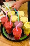Kelner sprawdza lista zimno napojów weganinu smoothies Zdjęcie Royalty Free