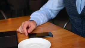 Kelner w restauraci przynosi rachunek stół dla mężczyzna Obsługuje robić zapłacie na telefonie komórkowym w kawiarni przez NFC te zbiory wideo