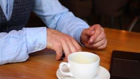 Kelner w restauraci przynosi rachunek stół dla mężczyzna Obsługuje robić zapłacie na telefonie komórkowym w kawiarni przez NFC te zdjęcie wideo