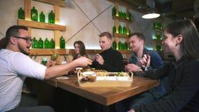 Kelner w restauracji bierze rozkaz od grupy przyjaciele zdjęcie wideo