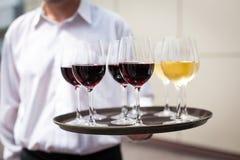 Kelner z szkłami z winem fotografia stock