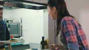 Kelnera czekanie rozkaz na restauracyjnej ` s kuchni zbiory