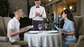 Kelnera komes potomstwo para i Bierze rozkaz w restauraci zbiory wideo