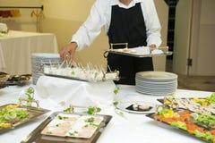 Kelnera narządzanie poślubia bufet obrazy stock