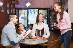 Kelnerka bierze stołowego rozkaz przy kawiarnią Zdjęcie Royalty Free