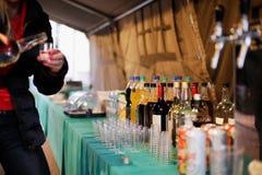 Kelnerka i baverage pod partyjnym namiotem zdjęcie stock