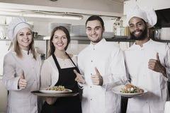 Kelnerka i kucharstwo drużyna w restauraci fotografia stock