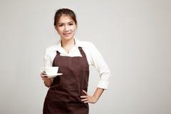 Kelnerka lub barista w fartucha mienia kawie Obraz Stock