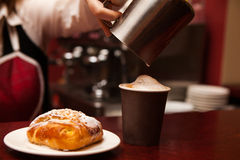 Kelnerka robi w Takeaway filiżanki kawie i słodkim zakazie Fotografia Royalty Free