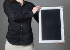 Kelnerka trzyma pionowo chalkboard Zdjęcia Stock