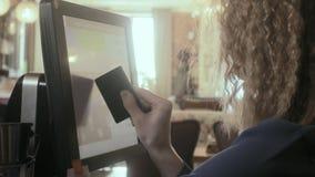 Kelnerka używa ekran sensorowego w restauraci zbiory
