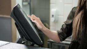 Kelnerka używa ekran sensorowego w restauracyjnym pobliskim cashbox, zamyka up kobieta kelnera ręka sprawdza rozkaz zbiory