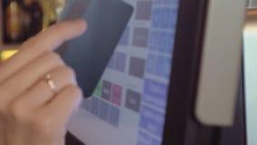 Kelnerka u?ywa ekran sensorowego w restauraci zbiory wideo