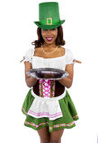 Kelnerka w St Patrick dnia kostiumu Obrazy Stock
