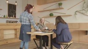 Kelnerki dowiezienia rachunek pić kawowe kobiety zbiory wideo