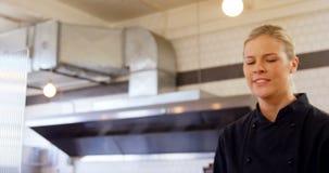 Kelnerki dzwonienia rozkazu dzwon przy kontuarem 4k zbiory wideo