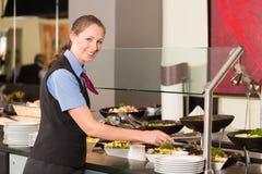 Kelnerki lub cateringu kładzenia fachowy jedzenie w bufet Zdjęcia Royalty Free