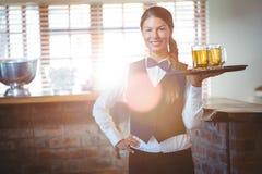 Kelnerki mienia piwa Zdjęcia Royalty Free
