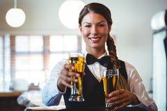 Kelnerki mienia piwa Obrazy Stock