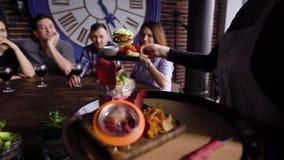 Kelners brengend voedsel voor gasten stock video