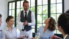 Kelners brengende platen aan bedrijfsmensen stock videobeelden