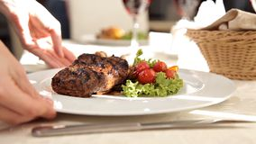 Kelners dienend lapje vlees in een luxueus restaurant stock footage