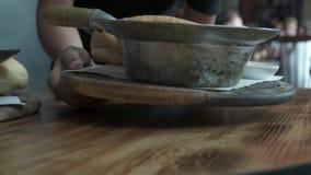 Kelners dienend voedsel in gebraden pannen in restaurant Sluit omhoog mening stock video