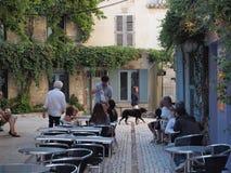 Kelners dienende lijst in St Remy in Frankrijk Royalty-vrije Stock Afbeeldingen