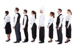 Kelners en serveersters die zich in rij bevinden Royalty-vrije Stock Foto's