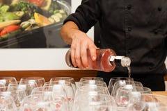 Kelners gietende jenever royalty-vrije stock afbeeldingen