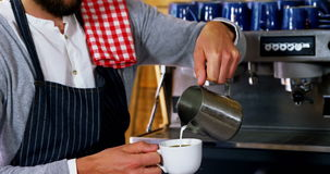 Kelners gietende melk in koffie stock videobeelden