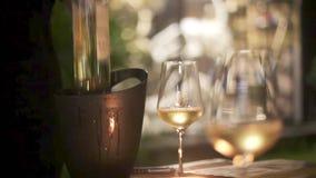 Kelners gietende wijn in glazen in restaurant 1920x1080 stock videobeelden
