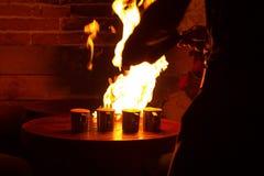 Kelners solderende koppen van koffie Royalty-vrije Stock Fotografie