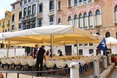 Kelnery słuzyć stoły w plenerowej restauraci w Wenecja, Włochy Zdjęcia Stock