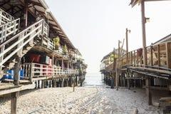 Kelong tailandese del villaggio del pescatore della spiaggia fotografia stock libera da diritti