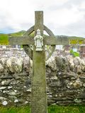 Keltisch Kruis met Zuigeling Jesus van Praag bij de Kerk van Heilige Dympna ` s, een de 18de eeuwkerk, Achill Mayo Ireland royalty-vrije stock afbeelding