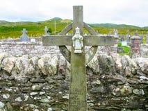 Keltisch Kruis met Zuigeling Jesus van Praag bij de Kerk van Heilige Dympna ` s, een de 18de eeuwkerk, Achill Mayo Ireland stock afbeelding