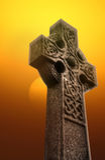 Keltisches Kreuz bei Sonnenaufgang A Stockfoto