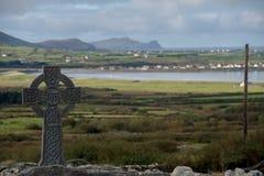 Keltisches Kreuz mit irischer Landschaft Stockfoto